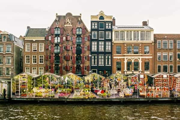 Drijvende bloemenmarkt in Amsterdam