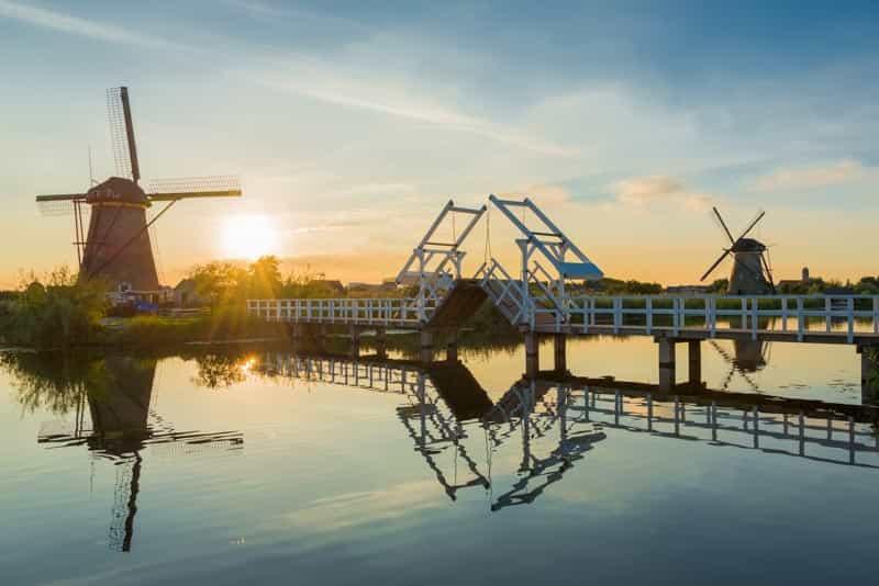 Windmolens bij zonsondergang bij de Kinderdijk in Nederland
